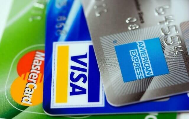 Tre vanliga reserelaterade kreditkort i Sverige: MasterCard, VISA och American Express