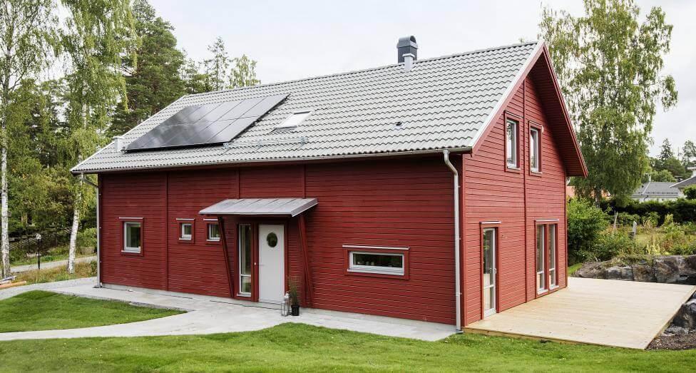 Nyckelfärdigt visningshus från LB-hus. Notera att två av sakerna vi tipsar om i denna artikel kring att bygga nytt hus finns med - både solceller på taket och en altanyta som i framtiden lätt kan konverteras till uterum eller vinterträdgård.