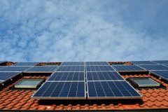 Att installera solpaneler är ett vanligt sätt att göra huset mer energisnålt hus